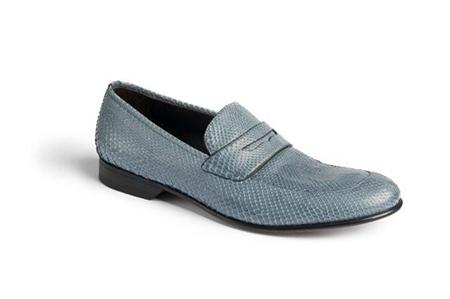 Любую обувь спортивного стиля смените на лоферы из темной кожи или классические ботинки на шнурках.