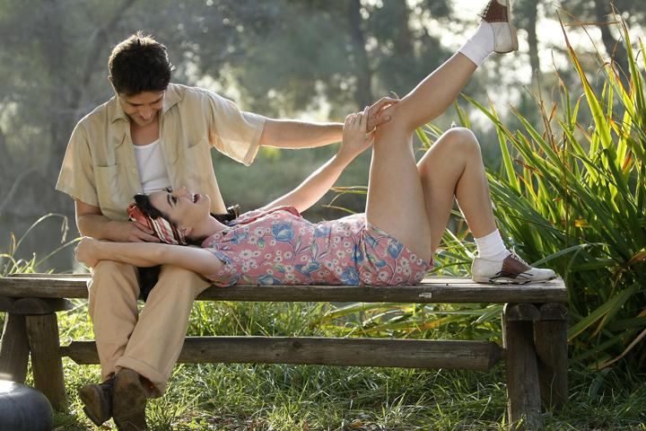 парень девушка на скамейке любовь голова девушки на коленях парня