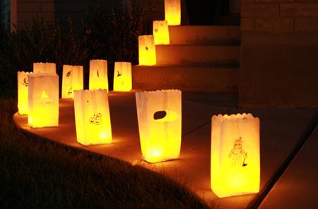Фонарики-свечи просты и эффективны, если у вас длинный подход/аллея к зданию