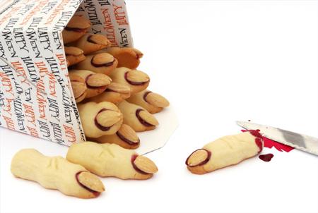 бурное веселье на Хэллоуин отлично дополнят знаменитые классические миндальные «обрубленные пальцы» на десерт