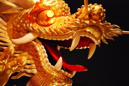 Костюм дракона и знаменитый танец дракона уходят своими корнями к династии Хан (Han) из древнего Китая