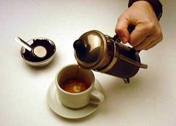 Вылейте кофе в заранее подготовленную за эти 3-4 минуты чашку