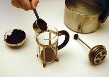 Слейте воду из под крана из пресса и засыпьте перемолотый кофе