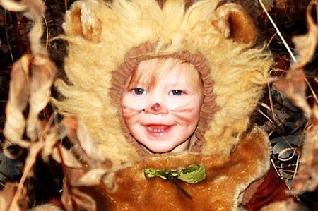 Чтобы костюм имел более завершенный вид, возможно, вы захотите нарисовать на лице при помощи детских красок по коже львиную мордочку