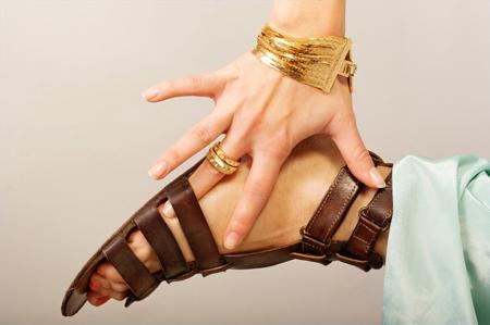 Сандалии и вьетнамки – отличная обувь для лета, но частенько их многочисленные ремешки натирают/впиваются в кожу