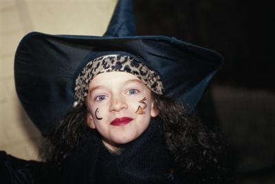 Детям в принципе можно просто нарисовать на лице маленькую милую звездочку, волшебную палочку, кошечку, и проч.