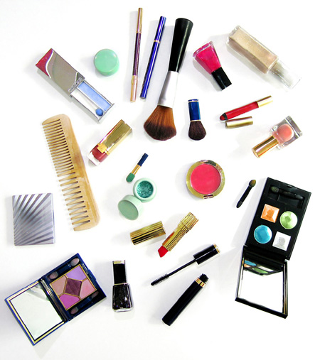 нанесите на лица макияж и стайлинговые средства для волос