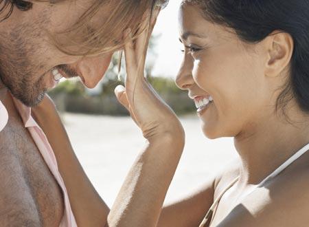 Игривое поддразнивание способно оживить отношения, добавив в них энергии, остроты и юмора