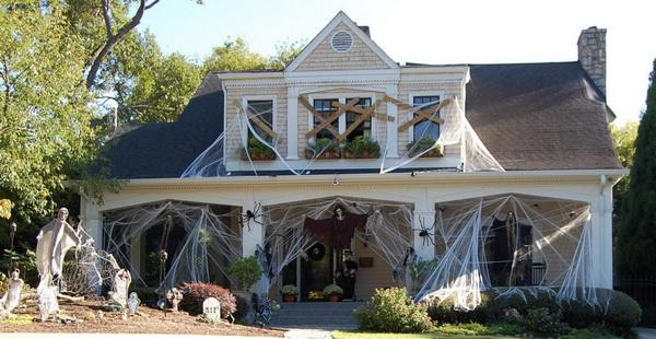 Как украсить входную дверь на Хэллоуин: венок в виде дома с приведениями