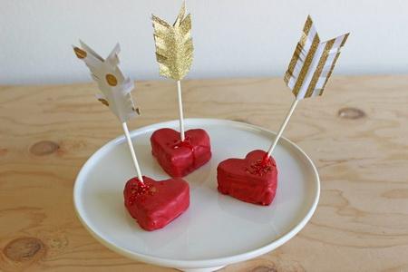 Как легко сделать пирожные в виде сердца со стрелой