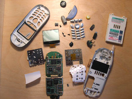 аккуратно снимите лицевую панель и выньте резиновую прокладку с кнопками.