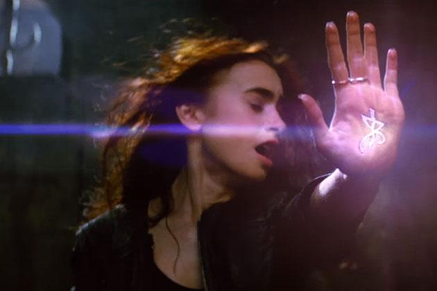 """кадр из фильма блокбастера осени 2013 """"Орудия смерти: Город костей"""" (The Mortal Instruments: City of Bones)"""