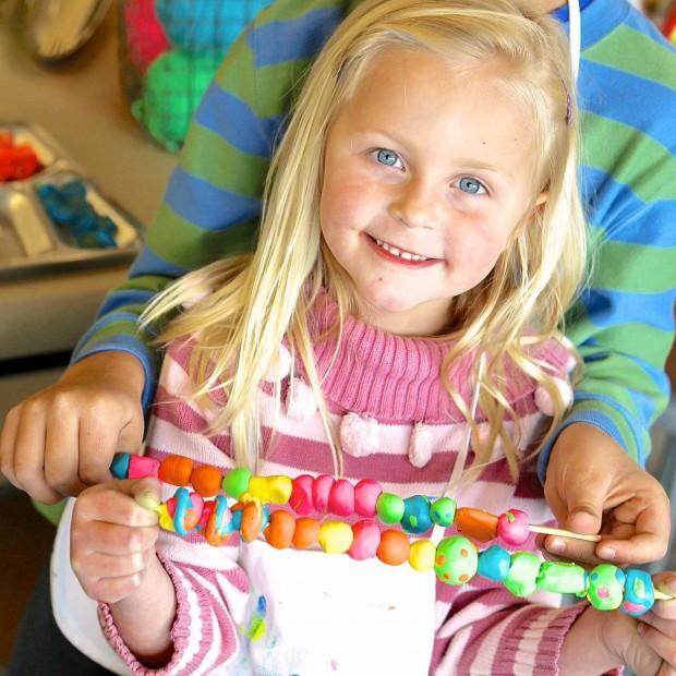 Как сделать детские бусы из цветных макарон, глины и пряжи?