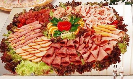 Заранее упакованная, или свеженарезанная в магазине деликатесов, любая нарезка подвержена порче