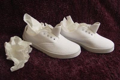Набейте обувь бумажными полотенцами