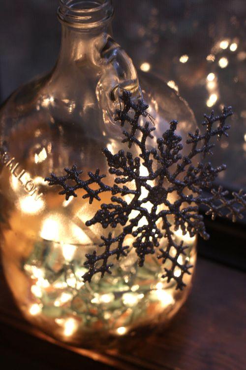 пузатая бутылка-светильник со снежинкой