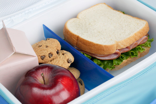 завтрак обед школьника в коробке: молоко, печенья, яблоко, бутерброд