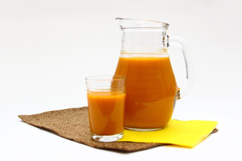 облепиховый сок в графине и бокале на столе