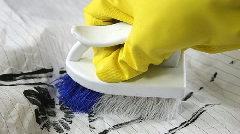 Как правильно вывести пятно от чернил на одежде?