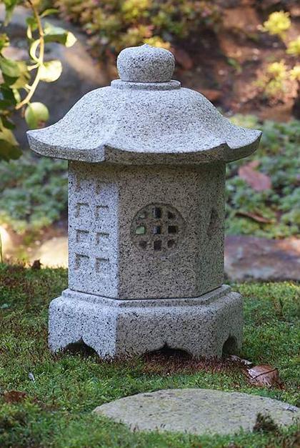 как еще один популярный вариант, японские каменные фонарики