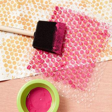 Как легко сделать упаковочную бумагу для новогодних подарков?