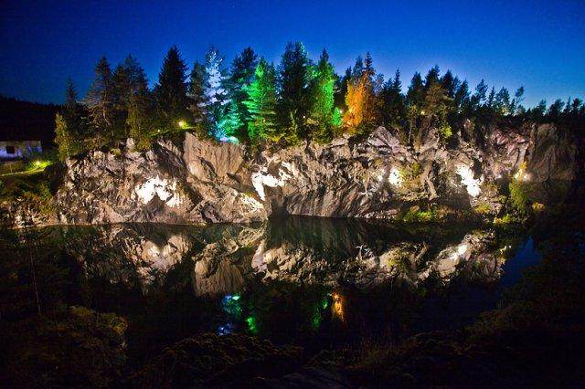 Карелия, горный парк «Рускеала» ночью разноцветная подсветка