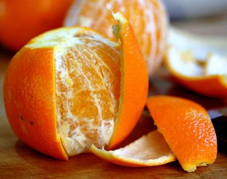 Надрезами по кругу разделите апельсиновую кожуру на секции примерно по 2,5 см каждая