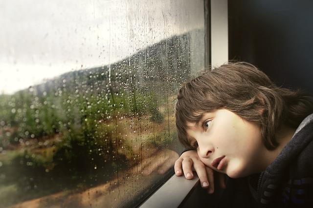 ребенок ждет у окна
