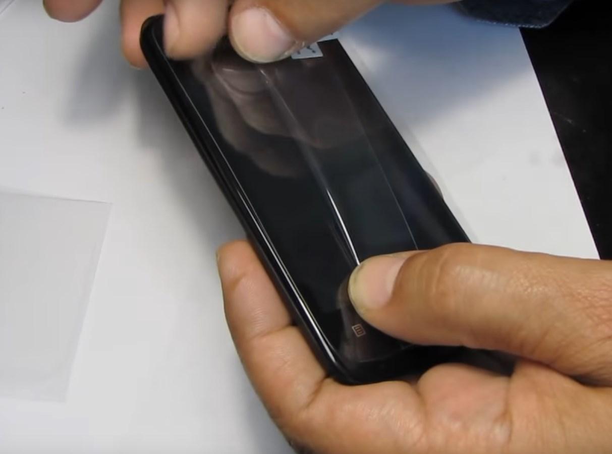 Как правильно наклеить пленку на телефон