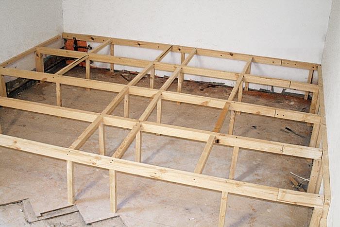 Для изготовления каркаса используйте деревянный брус (толщина бруса зависит от предполагаемой высоты подиума...