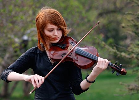 Если вы внимательно наблюдали за скрипачами в оркестре на концерте симфонической музыки, а так же за теми из них, кто исполнял кантри, вы наверняка уловили множество различий в их позах
