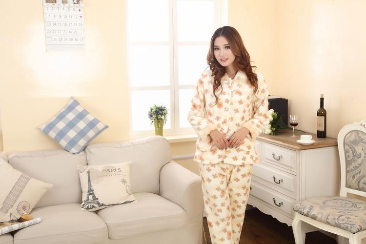 классическая теплая пижама на девушке японке