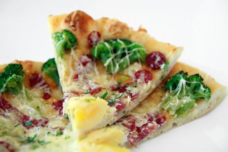 добавление в мелко нарезанном виде на пиццу сверху или под сыр
