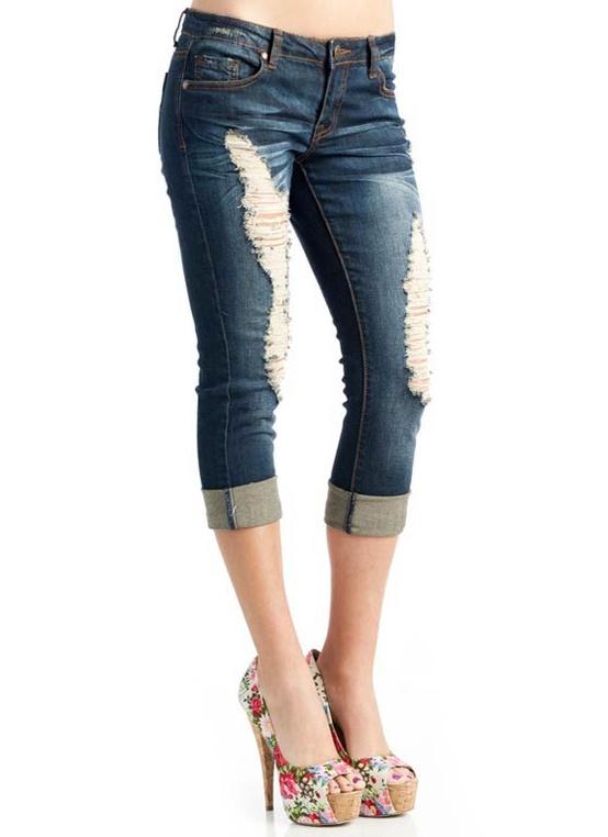 порезанные по новой моде джинсовые капри бахромой