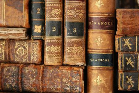 Вытащите на белый свет старые, потрепанные книги и положите их на кофейный столик