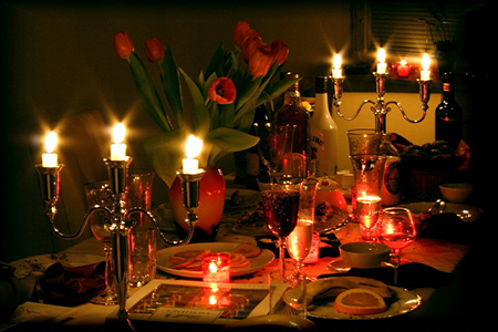 На финишной прямой перед Днем Святого Валентина мы мечемся в поисках подарков, выбираем розы, готовим или заказываем в ресторанах дорогие обеды/ужины