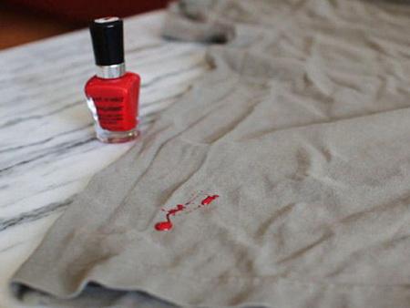 Как убрать с одежды пятна от лака для ногтей?