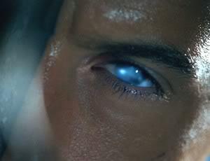 светящиеся синие глаза, как у Риддика