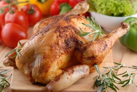 Приготовленная целиком курица – это фантастический, отличный и здоровый ужин для всей семьи