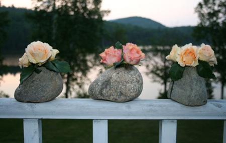 Если вы выбрали первый вариант с единственным крупным камнем, ваша ваза закончена! Наполните ее водой на половину, поставьте цветок