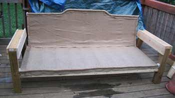 Накройте пружины кембриком (спереди и сзади, снизу и сверху) и, используя мебельный степлер, закрепите ткань на каркасе