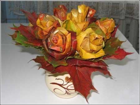 Розы, скрученные из осенних листьев: букет в вазе
