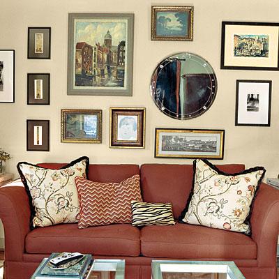«Если бы картины висели на всех четырех стенах, - это было бы безумие. Глазам необходимо место, на котором они могли бы отдохнуть», - объясняет он.