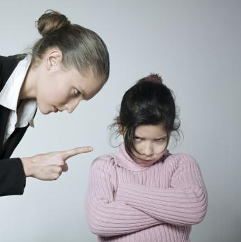 Обучая детей правилам хорошего тона, не используйте повышенный голос или особенно резкие интонации и движения