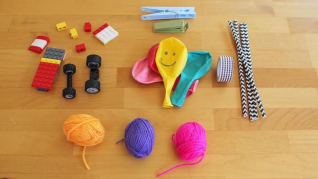подготовка к созданию машинки и ракет с шариками: Лего, пряжа, прищепки, соломинки, воздушные шарики