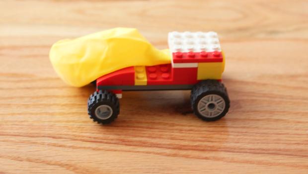 машинка из кубиков Лего с воздушным шариком