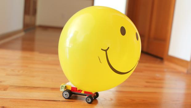 машинка из Лего с надутым воздушным шариком
