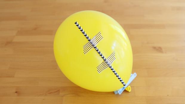 клеем соломинку на воздушный шарик