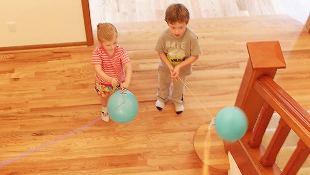 дети запускают ракеты из воздушных шариков