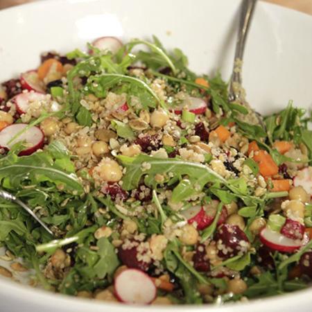 Сезонный салат с овощами и необработанными зернами